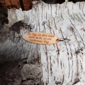 Schlüsselanhänger  ♥Ein Tag an dem man nicht lacht ist ein verlorener Tag ♥ aus Holz  zum Verschenken  - Handarbeit kaufen