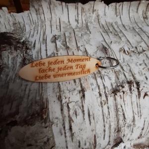 Schlüsselanhänger  ♥Lebe jeden Moment lache jeden Tag Liebe unermesslich ♥ aus Holz  zum Verschenken  - Handarbeit kaufen