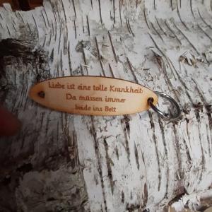 Schlüsselanhänger  ♥Liebe ist eine tolle Krankheit: Da müssen immer beide ins Bett. ♥ aus Holz  zum Verschenken   - Handarbeit kaufen