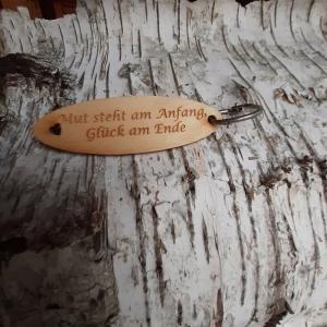 Schlüsselanhänger  ♥Mut steht am Anfang, Glück am Ende♥ aus Holz  zum Verschenken - Handarbeit kaufen