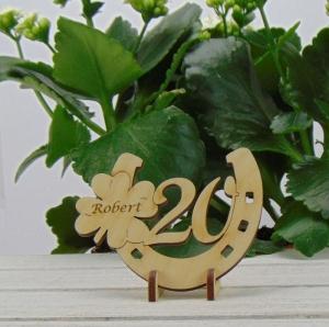 Personalisierter 20. Geburtstag, Tischdekoration/ Geschenk ★ Hufeisen aus Holz mit Kleeblatt und Jahreszahl 20 ★ zum Verschenken zum Geburtstag oder Jahrestag - Handarbeit kaufen