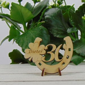 Personalisierte Geburtstags Tischdekoration/ Geschenk ★ Hufeisen aus Holz mit Kleeblatt und Jahreszahl 30★ zum Verschenken zum Geburtstag oder Jahrestag - Handarbeit kaufen