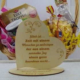"""Personalisiertes Freundschafts-Herz aus Holz mit der Aufschrift: """"Glück ist...Zeit mit einem Menschen zu verbringen der aus einem .... - Handarbeit kaufen"""