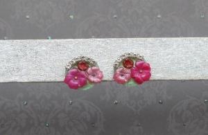 Blumenkorb - handgefertigte Ohrstecker mit bunten Blumen auf grünem Hintergrund
