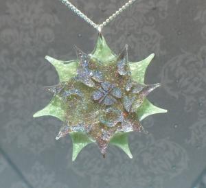 Sternblume - handgefertigter Kettenanhänger mit Hologramm-Ornamenten