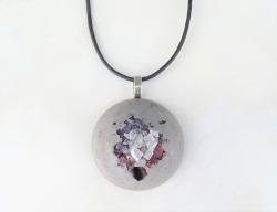 Halskette *Statement no.1* Beton Halbkugel mit Glassplitter