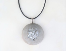 Halskette *Statement no.2* Beton Halbkugel mit Glassplitter