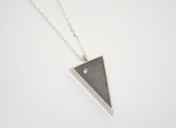 Halskette Beton - dreieckig - Glaskristall Chaton -