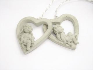 Süßes Betonherz mit kleinem Engel - dekorativer Aufhänger - handgegossen