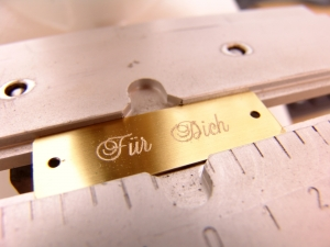 Messing-Schild inkl. Gravur - 50 x 15 mm - Gelocht - z.B. als Namensschild für Briefkasten, Klingel und Haustür - Kostenloser Versand - Handarbeit kaufen