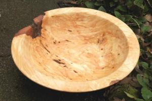 handgdrechselte Holzschale aus Eschen-Maserholz mit Naturrand