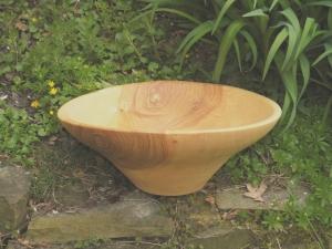 Große handgedrechselte Schale aus lebhaft strukturiertem Eschenholz