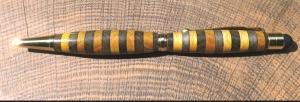 handgedrechselter Holzkugelschreiber, edles Schreibgerät aus schwarz und gelb gebeiztem Buchenholz