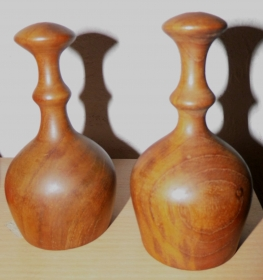 Salz- und Pfefferstreuer,  handgedrechselt aus antikem Teakholz