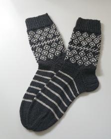 Handgestrickte Wollsocken, mit Seide  - Gr. 40/41,fairisle, in anthrazit/creme, Handmade by la piccola Antonella