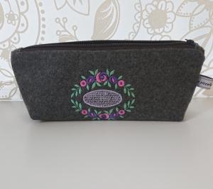 Kosmetiktasche aus grauem Wollfilz, bestickt mit Blütenornament in pink violett grün - Handarbeit kaufen