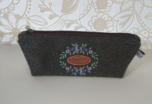 Kosmetiktasche aus grauem Wollfilz, bestickt mit Blütenornament in lila violett grün orange - Handarbeit kaufen