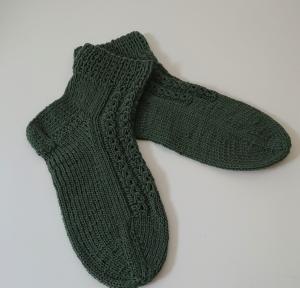 Handgestrickte Socken aus Baumwolle in grün oliv mit dekorativen Zopfmuster, Gr. 38/39, Handmade by la piccola Antonella