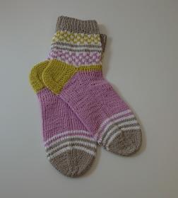 Handgestrickte Socken aus Baumwolle in rosa,lime,grau und eingestricktem Karomuster, Gr. 38/39 - Fairisle