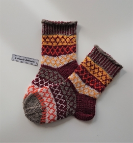 Handgestrickte bunte Wollsocken, Kindersocken, Gr. 24/25 , Fairisle Socken, in schönen Herbst Farben, Handmade by la piccola Antonella - Handarbeit kaufen
