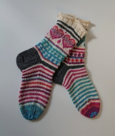 Handgestrickte  dicke bunte Wollsocken - Gr. 38/39 - gestrickte Socken mit Herzen und Streifen - Fairisle ,  handgestrickt von la piccola Antonella
