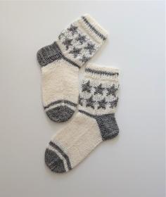 Handgestrickte Fairisle Wollsocken, Kindersocken ,  Gestrickte Socken Gr. 32/33  , eingestrickte Sterne , weiß grau , Handmade by la piccola Antonella ***Reserviert für Anke***