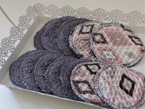 Kosmetikpads , Abschminkpads aus Baumwolle , Pads  - wiederverwendbar - waschbar  -  Set mit zwei Größen - Handmade by la piccola Antonella - Handarbeit kaufen