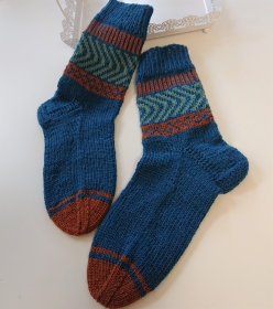 Handgestrickte  dicke blaue Männer  Socken aus  6 - fach Sockenwolle  -  Herren Socken  Gr. 42 / 43  mit  Schaft in Fairisle ,  handmade by  la piccola Antonella