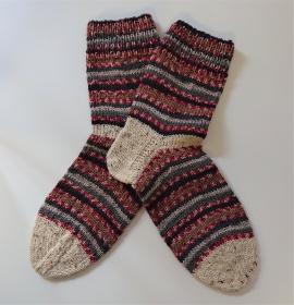 Handgestrickte  dicke   Socken aus  6 - fach Sockenwolle in Rot  / Bunt  -  Socken für den Mann Gr. 44 / 45  ,  handmade by  la piccola Antonella