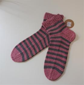 Gestrickte Socken aus Baumwolle, Ringelsocken in rosa grau mit kurzen Schaft , Gr. 39/40 , handgestrickt von la piccola Antonella - Handarbeit kaufen