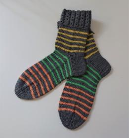 Gestrickte Socken aus Baumwolle in grau/gelb/grün/orange geringelt , Gr. 36/37 , handgestrickt von la piccola Antonella