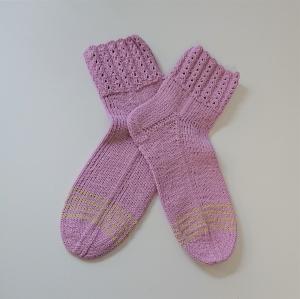 Gestrickte Socken aus Baumwolle in Rosa mit Zopfmusterbündchen , Gr. 40/41 , handgestrickt von la piccola Antonella - Handarbeit kaufen