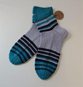 Gestrickte Socken aus Baumwolle in flieder/türkis/blau mit kurzen Bündchen , Gr. 40/41 , handgestrickt von la piccola Antonella