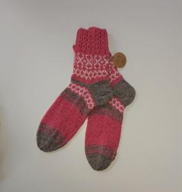 Gestrickte Socken in rosa mit Muster in Fairisle Technik und Zopfmuster Bündchen,  Gr. 38/39  , handgestrickt by la piccola Antonella
