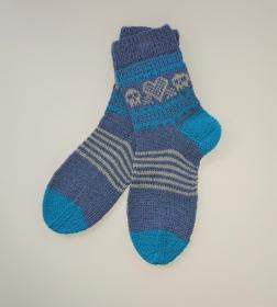 Gestrickte Socken in blau türkis mit Totenkopf , Gr. 38/39, handgestrickt von la piccola Antonella