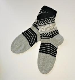 Gestrickte Socken in schwarz grau  mit Totenkopf Einstrickmuster ( Fairisle)  , Gr. 38/39, handgestrickt von la piccola Antonella - Handarbeit kaufen