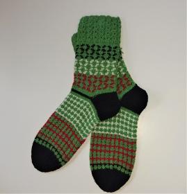 Gestrickte Socken in grün schwarz weiß rot  - Gr. 40/41 , mit Einstrickmuster ( Fairisle) und Zopfmuster Bündchen , handgestrickt by la piccola Antonella - Handarbeit kaufen