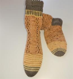 Gestrickte dicke Socken aus 6-fach Sockenwolle in beige mit Zopfmuster und schickem Bündchen  -  Gr. 36/37 , handgestrickt von  la piccola Antonella