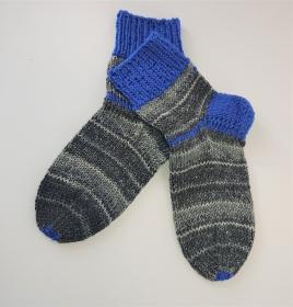 Gestrickte dicke Socken aus 8 - fach Sockenwolle in grau  blau mit kurzen Schaft  -  Gr. 40/41 , Kuschelsocken handgestrickt von  la piccola Antonella - Handarbeit kaufen
