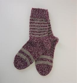 Gestrickte dicke Socken aus 8 - fach Sockenwolle meliert  in rot grau mit Ringeln  -  Gr. 38/39 , Kuschelsocken handgestrickt von  la piccola Antonella - Handarbeit kaufen