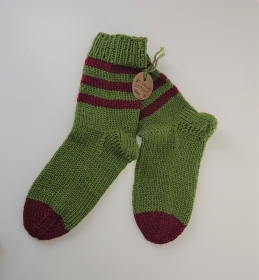 Gestrickte dicke Socken aus 8 - fach Sockenwolle in grün beere mit Ringeln  -  Gr. 38/39 , Kuschelsocken handgestrickt von  la piccola Antonella
