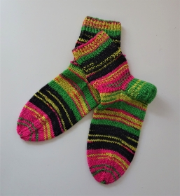 Gestrickte bunte dicke Socken aus 6-fach Sockenwolle in kräftigen neon Farben -  Gr. 40/41 , handgestrickt von  la piccola Antonella - Handarbeit kaufen