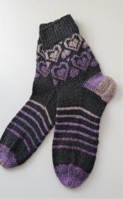 Gestrickte Socken  mit Seide  - Gr. 38/39 , mit romantischen Fairisle Herzen in anthrazit  lila , handgestrickt by la piccola Antonella