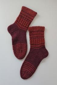 Gestrickte Socken aus Wolle (Merino Wolle und Yak)  - Gr. 38/39 , mit Ringeln und Zopfmuster in weinrot kupfer , handgestrickt von la piccola Antonella