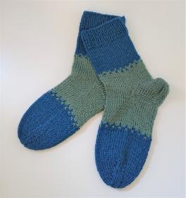 Gestrickte bunte dicke Socken aus 6-fach Sockenwolle in blau grün -  Gr. 38/39 , handgestrickt von  la piccola Antonella - Handarbeit kaufen