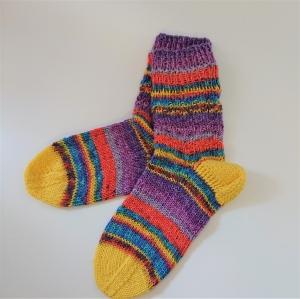 Gestrickte bunte dicke Socken aus 6-fach Sockenwolle in frischen hellen Farben -  Gr. 38/39 , handgestrickt von  la piccola Antonella - Handarbeit kaufen