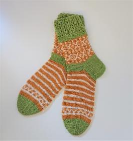 Gestrickte Socken in grün gelb weiß mit Einstrickmuster in Fairisle Technik und Zopfmuster Bündchen  in  Gr. 38/39  , handgestrickt by la piccola Antonella - Handarbeit kaufen
