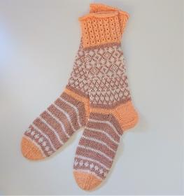 Gestrickte Socken in apricot beige weiß mit Einstrickmuster in Fairisle Technik und Zopfmuster Bündchen  in  Gr. 38/39  , handgestrickt by la piccola Ant - Handarbeit kaufen