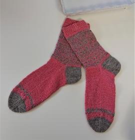 Gestrickte Socken in rosa / beige mit Einstrickmuster in Fairisle Technik  in  Gr. 38/39  , handgestrickt by la piccola Ant - Handarbeit kaufen