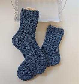 Gestrickte  dickere Socken aus  6-fach Sockenwolle in blau  -  Gr. 38/39 , handgestrickt von  la piccola Antonella